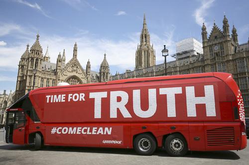 2Le-bus-du-Brexit-detourne-par-Greenpeace-le-18-juillet-2016-a-Londres