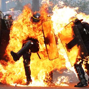 VIGNETTE_FEU1-dantiavalots-intentant-disturbis-Paris-AFP_1788431240_40540567_4000x2622